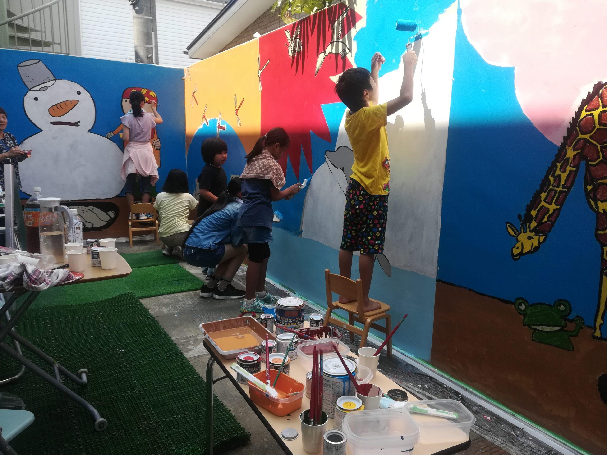 園児も一緒に壁画を製作